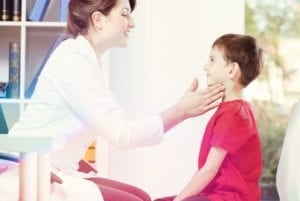 checando os nódulos linfáticos - pediatria