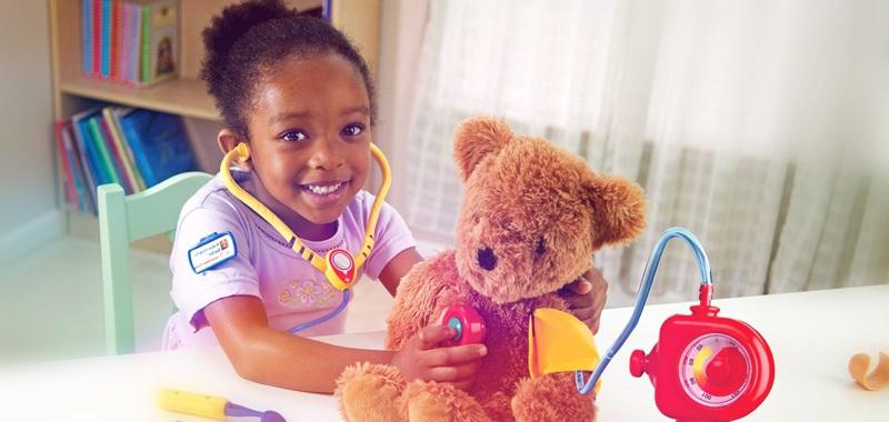 criança simulando uma consulta médica