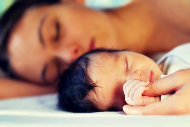 bebe dormindo com a mae