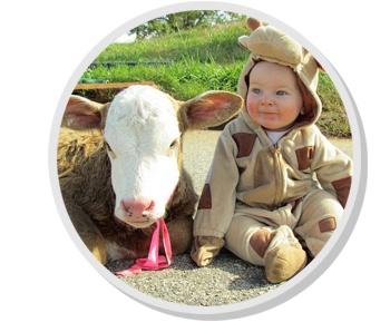 crianca com vaquinha na fazenda