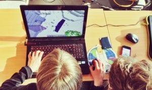 criancas brincando com minecraft