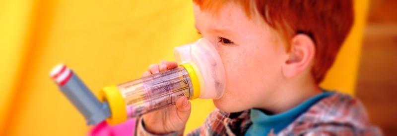 crianca inalador asma