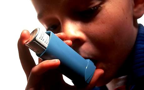 crianca respirando medicamento asma