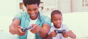 pai e filho jogando videogame