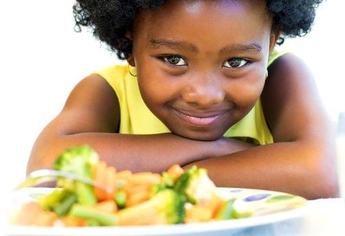 crianca comendo comida saudavel 2