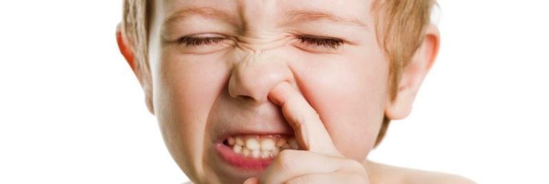 crianca brincando com o nariz