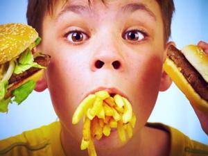 crianca comendo comida de fast food
