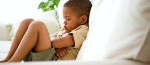 crianca com dor de estomago