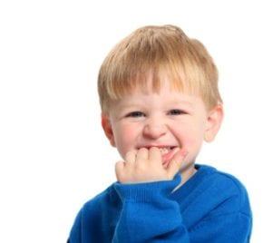 crianca mordendo as unhas