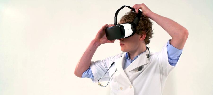 medico usando realidade virtual