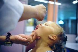 medico aplicando vacina