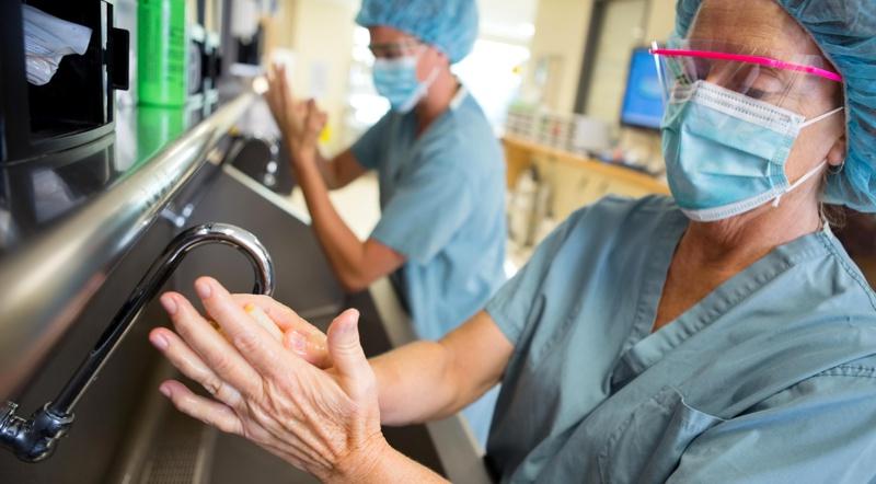 medicos e enfermeiras lavando as maos