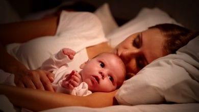 bebes dormindo na cama com os pais(1)