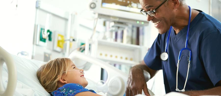 crianca e enfermeio no hospital