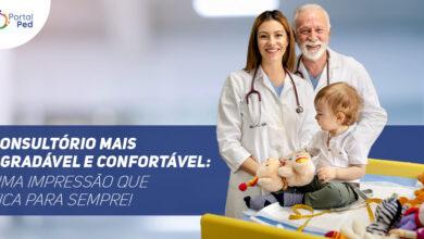 """Na imagem mostra ao lado esquerdo um médico senhor, uma médica jovem e uma criança. Ao lado direito está escrito """"Consultório mais agradável e confortável: Uma impressão que fica para sempre!"""""""